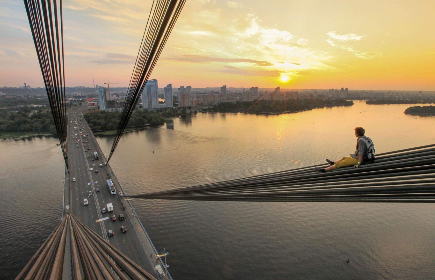 Selfie adrenaline-junkie climbers